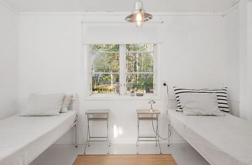 Dormitorio minimalista en cabaña