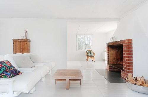 Sillón blanco en cabaña minimalista