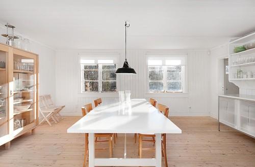 Comedor en cabaña minimalista