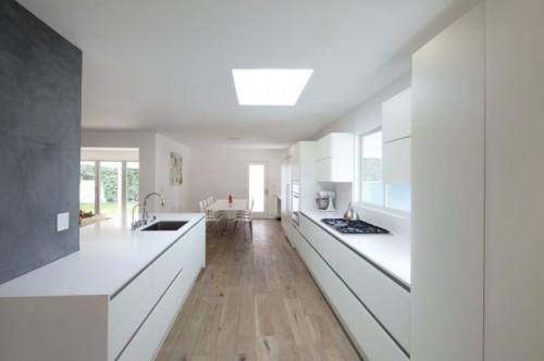 Cocina blanca minimalista en casa moderna minimalista