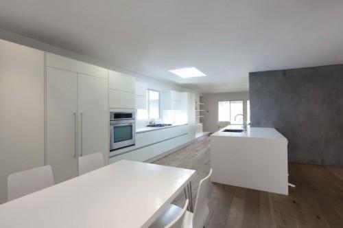 Cocina blanca en casa moderna minimalista