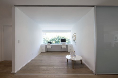 Home office en casa moderna minimalista