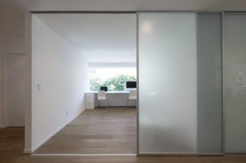 Escritorio minimalista en casa moderna minimalista