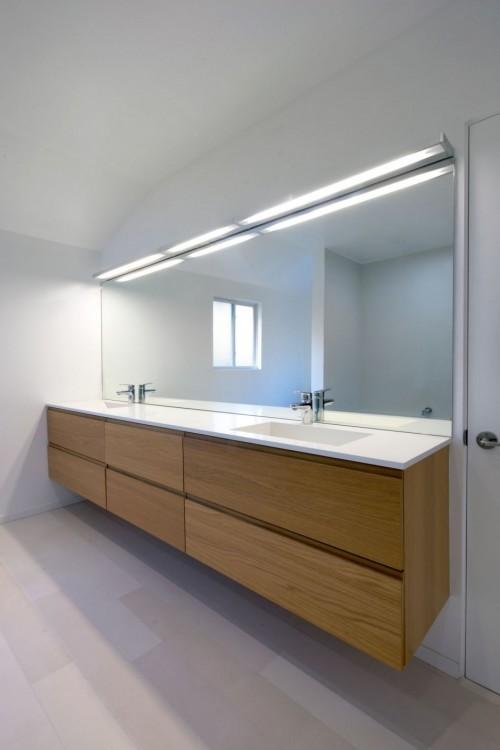 Baño moderno en casa moderna minimalista