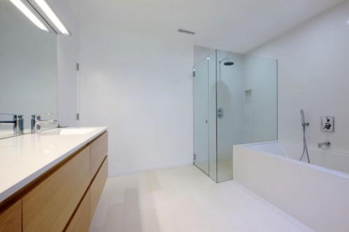 Ducha en casa moderna minimalista