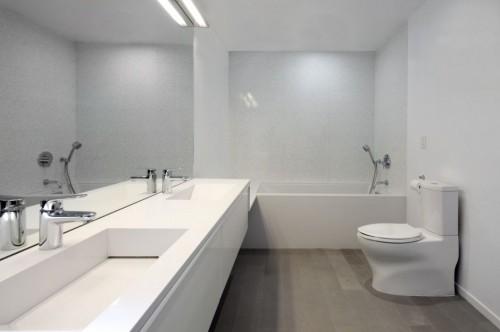 Baño blanco en casa moderna minimalista