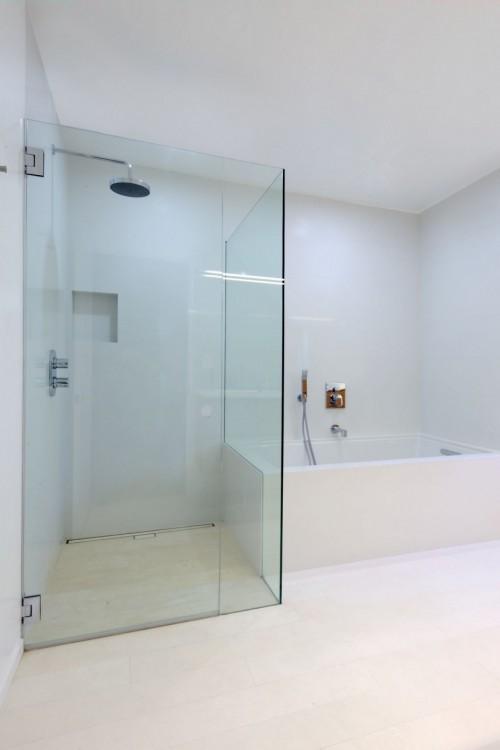 Box de ducha en casa moderna minimalista