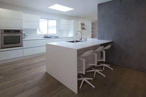 Barra cocina blanca en casa moderna minimalista