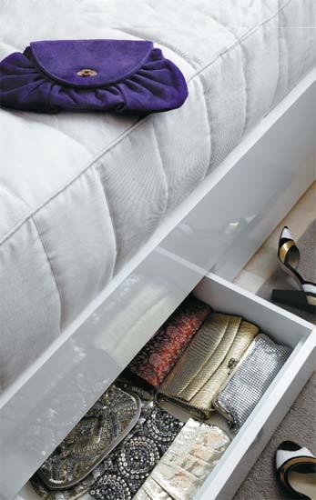 Diseño de interiores de departamentos modernos: cama con cajones