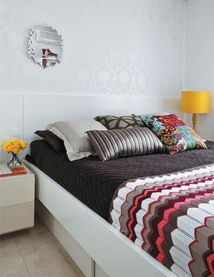 Diseño de interiores de departamentos modernos: ropa de cama colorida