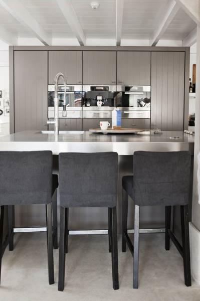 Estilo rústico moderno con pisos de cemento alisado, barra de cocina