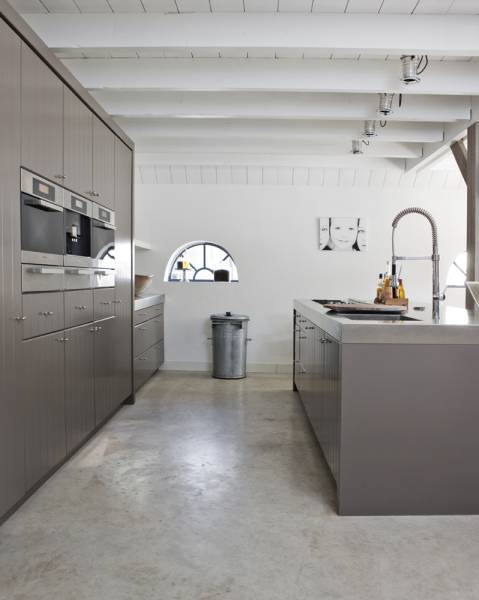Cocina moderna en casa de estilo rústico moderno con pisos de cemento alisado