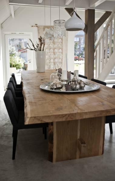 Comedor estilo rústico moderno con pisos de cemento alisado