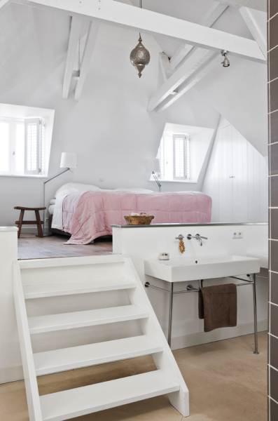 Habitación en casa de estilo rústico moderno con pisos de cemento alisado