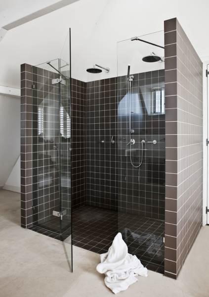 Baño moderno en casa de estilo rústico moderno con pisos de cemento alisado