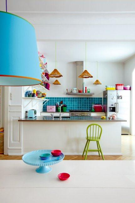Apartamento pintado con colores radiantes