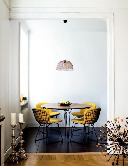 Departamento ambientado en estilo retro - sillas Bertoia