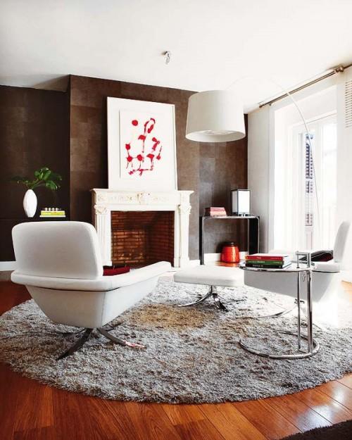 Living moderno con chimenea en vivienda madrileña