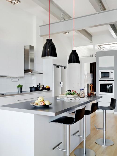 Barra de cocina moderna con taburetes