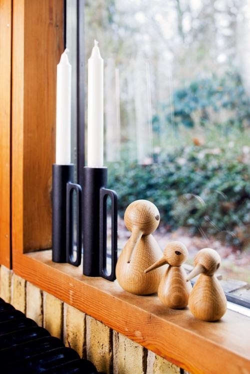 Pajaritos de madera deiseñados por Kristian Vedel decoran la ventana