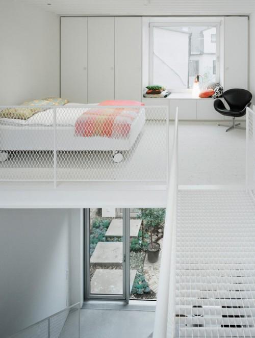 Dormitorio en blanco en casa de estilo loft