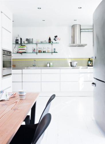Cocina blanca con venecitas grises y amarillas