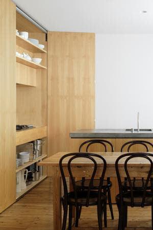 Espacio de guardado en la cocina realizado en madera clara