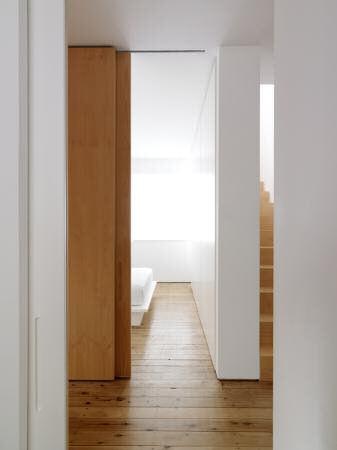 Hall distribuidor en blanco con pisos de madera