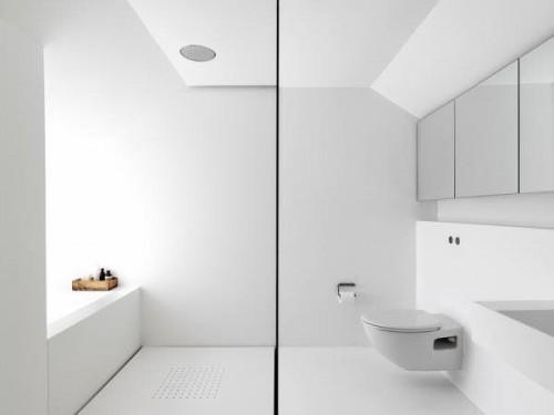 Baño moderno y minimalista en blanco