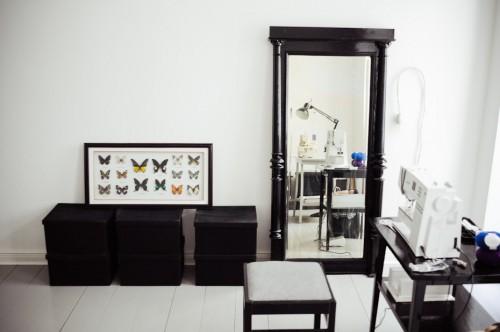 Interior de un departamento con muebles de diseño clásico modernos: espacio de trabajo