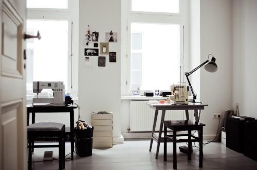 Interior de un departamento con muebles de diseño clásico modernos: escritorios pequeños