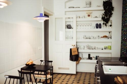 Interior de un departamento con muebles de diseño clásico modernos: cocina con comedor diario