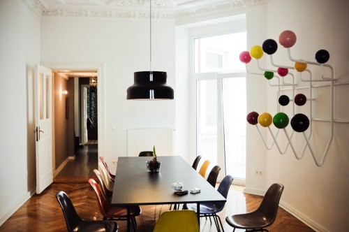 Interior de un departamento con muebles de diseño clásico modernos: comedor sillas eames de colores