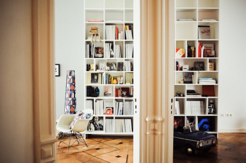 Interior de un departamento con muebles de diseño clásico modernos: biblioteca blanca