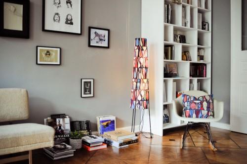 Interior de un departamento con muebles de diseño clásico modernos: living paredes grises