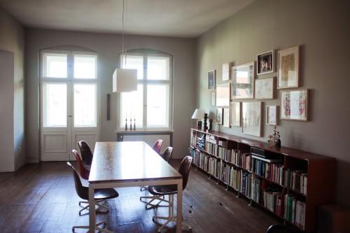 Decoración de departamentos modernos: comedor con biblioteca baja