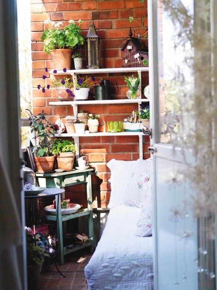 Un balcón pequeño con ideas para ahorrar espacio