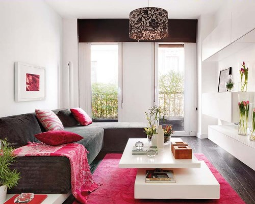 Living con sillón gris y alfombra fucsia