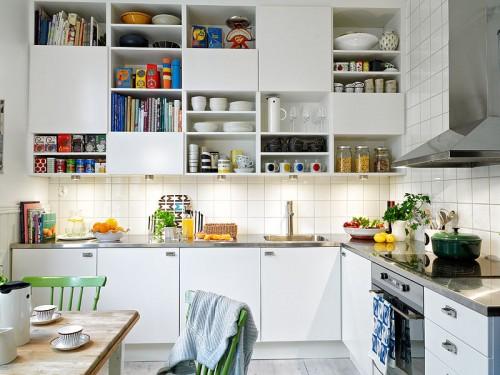 cocina blanca con acentos de color