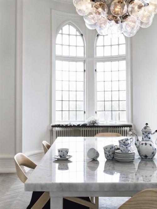 Comedor en blanco con mesa de mármol de carrara