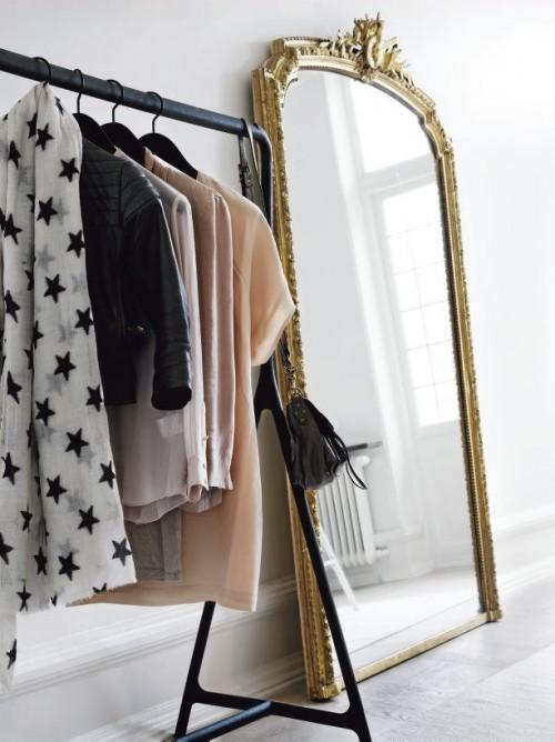 Elementos antiguos junto a objetos modernos en la decoración del dormitorio