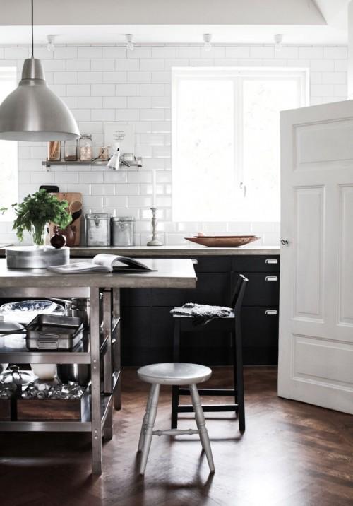 Casa con decoración de interiores en blanco y negro