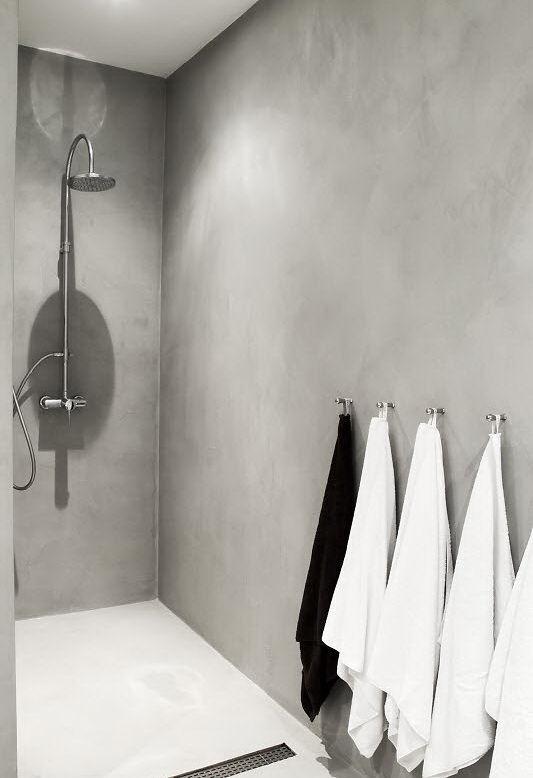 El cemento alisado le da un estilo muy actual al baño