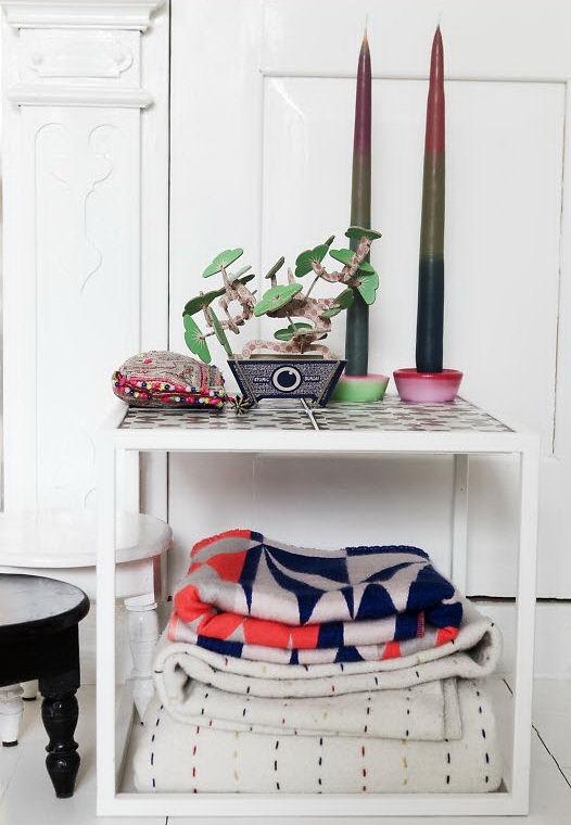 Algunos detalles aislados como mantas y objetos suman color a la decoración del dormitorio principal