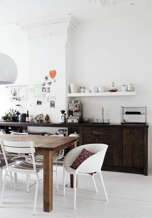 Muebles bajo mesada de madera rústica se combinan con los detalles originales de la vivienda creando un ambiente original y relajado