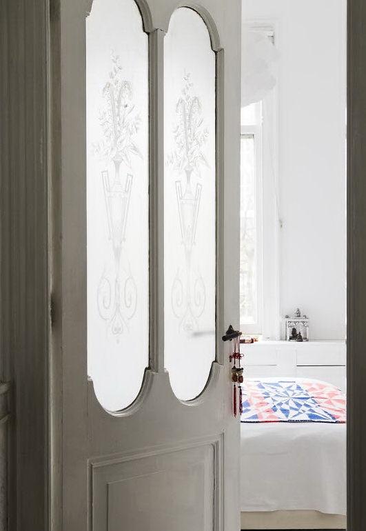 Dormitorio principal. Se accede por una puerta antigua con vidrios