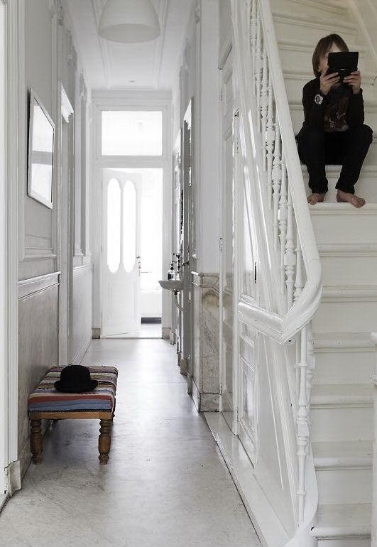 Hall con techos altos, molduras y carpintería todo de época