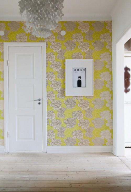 Hall de entrada con un papel de pared colorido