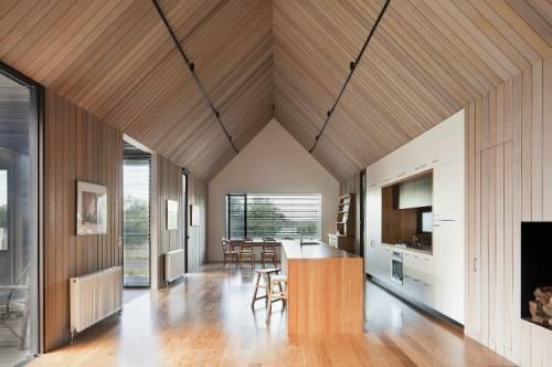 Casa de playa, techo a dos aguas con listones de madera