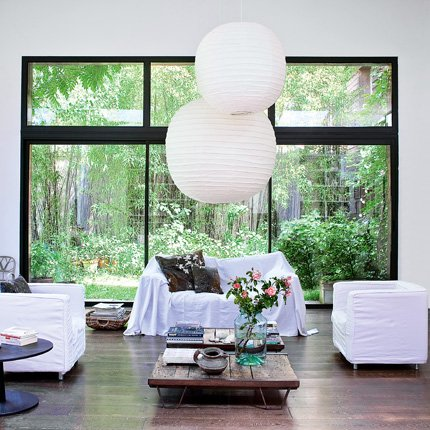 Living integrado al exterior mediante grandes ventanales